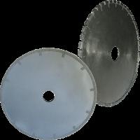 La foto mostra due mole da tornio diamantate. La prima è elettrodeposta, mentre la seconda e realizzata con tecnologia a settori sinterizzati. La mola a deposizione elettrolitica è caratterizzata dal fatto di avere i rinforzi laterali sui fianchi.